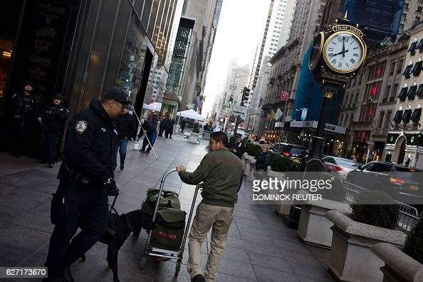 New York Police Department K9 unit checks a delivery at Trump Tower in New York City on December 2 2016 / AFP / DOMINICK REUTER