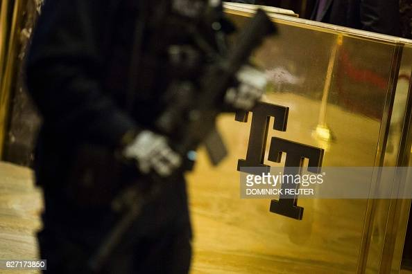 New York Police Department officers change shifts at Trump Tower in New York City on December 2 2016 / AFP / DOMINICK REUTER