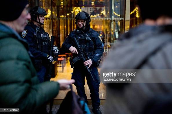 New York Police Department officers guard Trump Tower in New York City on December 2 2016 / AFP / DOMINICK REUTER
