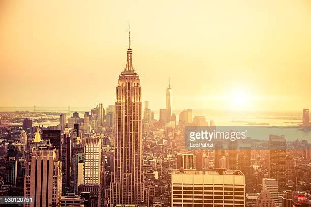 ニューヨークのスカイラインの下、マンハッタンのミッドタウンに