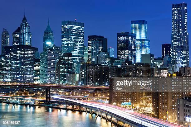 New York Skyline avec trafic sur FDR Drive