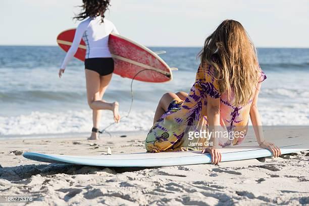 USA, New York State, Rockaway Beach, Two female surfers on beach