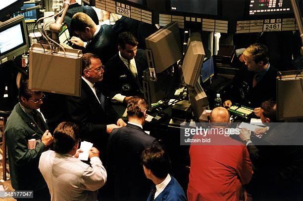 Kursrutsch an der Börse Dax sackt ab - Angst vor steigenden Zinsen. Vier Prozent Minus in der vergangenen Woche - und der Kurssturz an der Frankfurter Börse setzt sich fort.