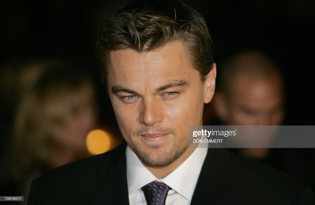 Actor Leonardo DiCaprio arrives for the Warner Bros. Pictures premiere of 'The Departed' at the Ziegfeld Theatre 26 September 2006 in New York.