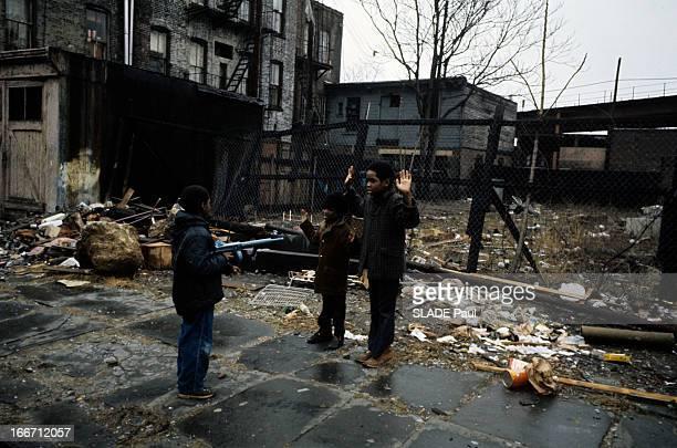 New York World Capital Of Violence A Brooklyn près d'un terrain vague trois enfants simulent une attaque à main armée