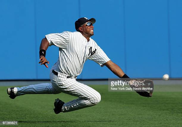 New York Yankees' center fielder Bernie Williams soars through the air in an unsuccessful attempt to catch New York Mets' Chris Woodward's brokenbat...