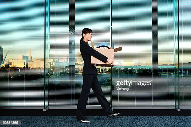 新しい若い女性は彼女のオフィスの従業員の移動