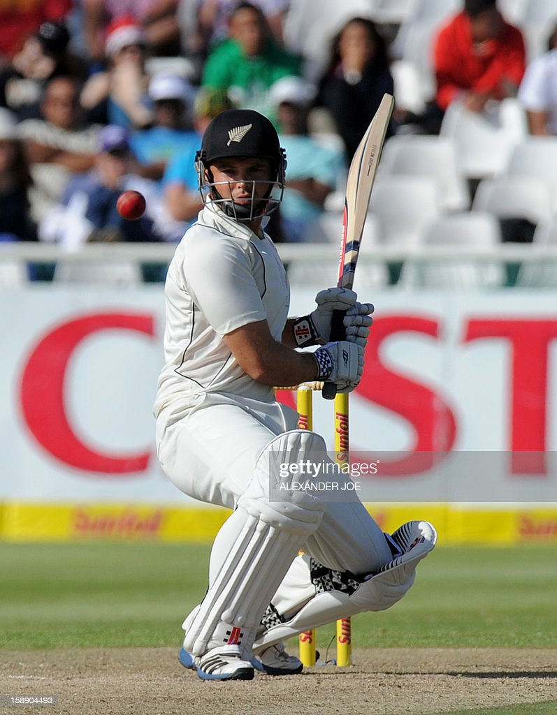 New Zealand batsman Daniel Flynn, keeps his eye on the ball from unseen South Africa cricketer Jacques Kallis, during the second innings on day two of the first Test match between South Africa and New Zealand, in Cape Town at Newlands on January 3, 2013. South African all out 347 runs.AFP PHOTO / ALEXANDER JOE