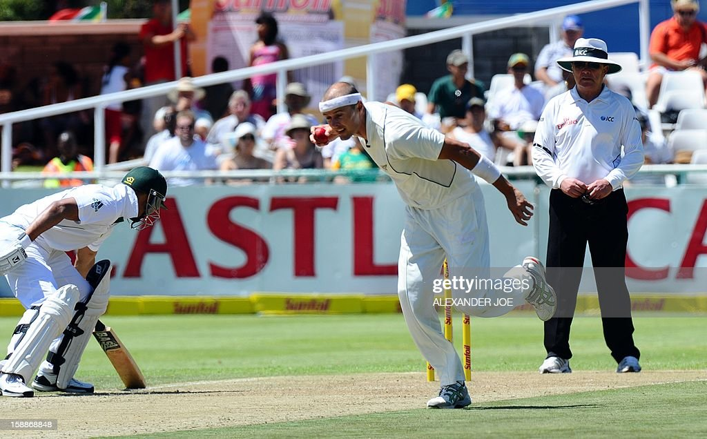 New Zealand bowler Chris Martin (C) tries to run out South Africa batsman Alviro Petersen on day one of the first Test match between South Africa and New Zealand in Cape Town at Newlands on January 2, 2013. JOE