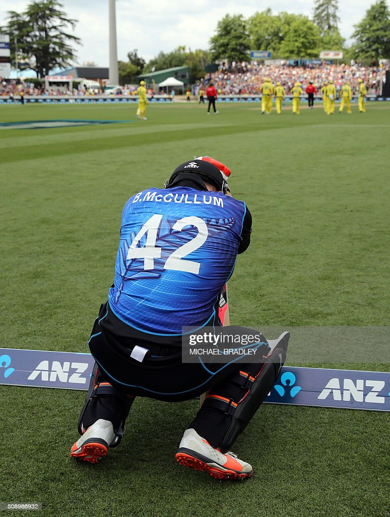New Zealand Brendon McCullum warms up for their innings during the third one-day international cricket match between New Zealand and Australia at Seddon Park in Hamilton on February 8, 2016.   AFP PHOTO / MICHAEL BRADLEY / AFP / MICHAEL BRADLEY