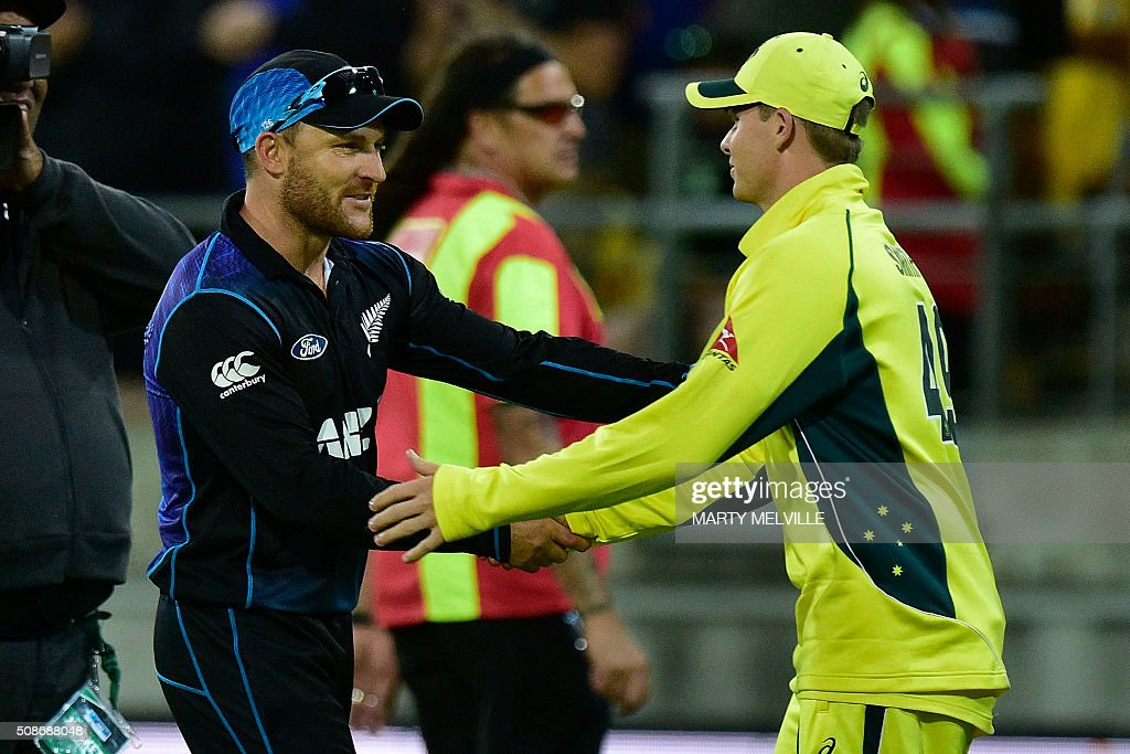 New Zealand captain Brendon McCullum (L) congratulates Australian captain Steve Smith following the second one-day international cricket match between New Zealand and Australia at Westpac Stadium in Wellington on February 6, 2016. AFP PHOTO / MARTY MELVILLE / AFP / Marty Melville