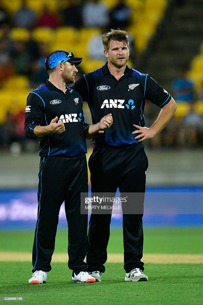 New Zealand captain Brendon McCullum (L) speaks with teammate Corey Anderson during the second one-day international cricket match between New Zealand and Australia at Westpac Stadium in Wellington on February 6, 2016. AFP PHOTO / MARTY MELVILLE / AFP / Marty Melville