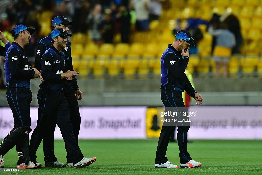 New Zealand captain Brendon McCullum (R) walks from the field following his last match in the second one-day international cricket match between New Zealand and Australia at Westpac Stadium in Wellington on February 6, 2016. AFP PHOTO / MARTY MELVILLE / AFP / Marty Melville