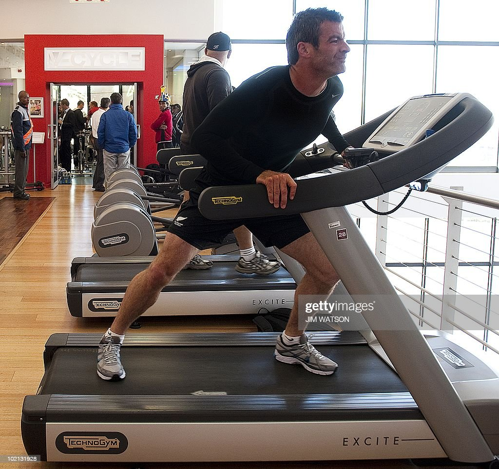 New Zealand captain Ryan Nelsen (R) stretches on the treadmill during a recovery training session at Virgin Active Health Club in Eden Vale, South Africa, June 16, 2010. The 2010 World Cup hosted by South Africa continues through July 11. AFP PHOTO/Jim WATSON