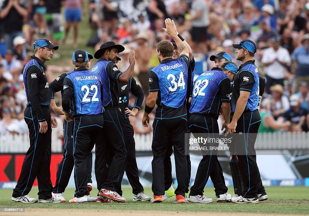 New Zealand celebrate after taking the wicket of Usman Khawaja of Australia during the third one-day international cricket match between New Zealand and Australia at Seddon Park in Hamilton on February 8, 2016.   AFP PHOTO / MICHAEL BRADLEY / AFP / MICHAEL BRADLEY