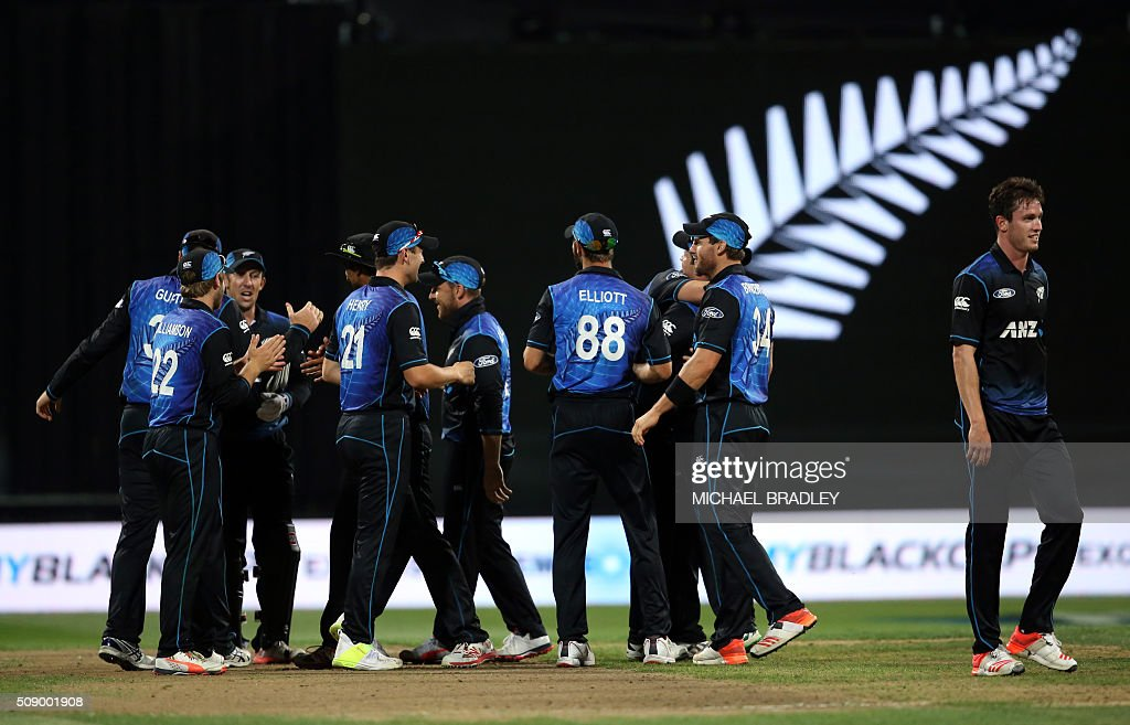 New Zealand celebrate after the third one-day international cricket match between New Zealand and Australia at Seddon Park in Hamilton on February 8, 2016. AFP PHOTO / MICHAEL BRADLEY / AFP / MICHAEL BRADLEY