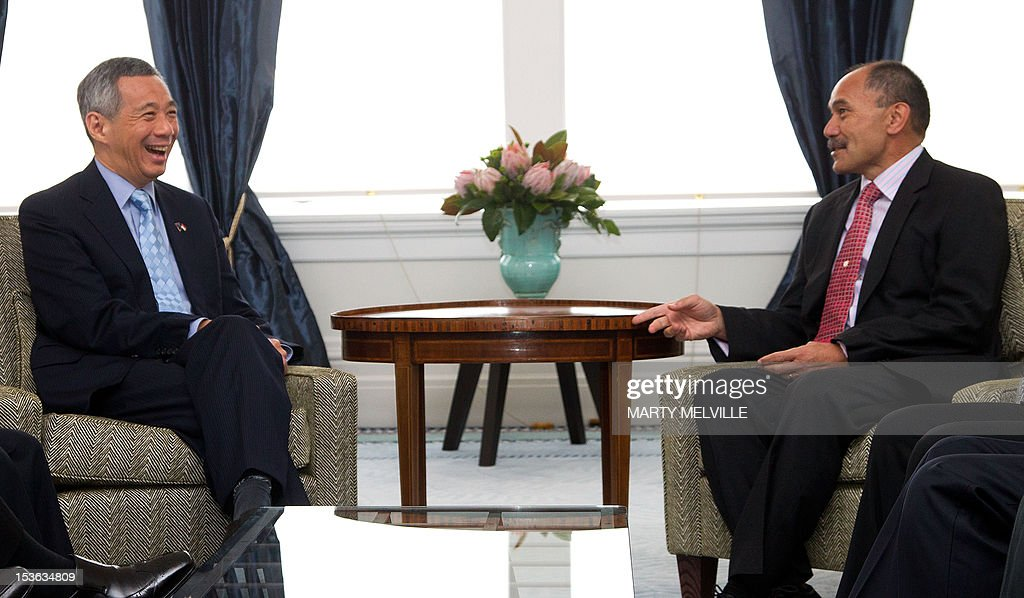 New Zealand Governor-General Jerry Mateparae (R) speaks with Singapore's Prime Minister Lee Hsien Loong during a meeting at Government House in Wellington on October 8, 2012. Lee Hsien Loong is on a three day visit to New Zealand. AFP PHOTO / MARTY MELVILLE