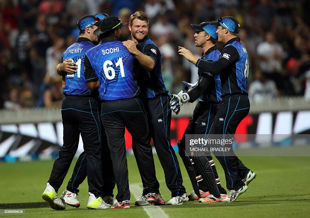 New Zealand players celebrate the wicket of John Hastings of Australia during the third one-day international cricket match between New Zealand and Australia at Seddon Park in Hamilton on February 8, 2016.   AFP PHOTO / MICHAEL BRADLEY / AFP / MICHAEL BRADLEY