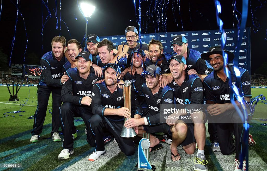 New Zealand players celebrate winning the series after the third one-day international cricket match between New Zealand and Australia at Seddon Park in Hamilton on February 8, 2016.   AFP PHOTO / MICHAEL BRADLEY / AFP / MICHAEL BRADLEY