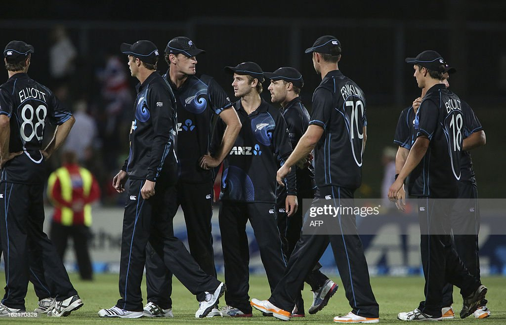 New Zealand teammates leave the field after being beaten by England in their second one-day international cricket match at McLean Park in Napier on February 20, 2013. AFP PHOTO / John Cowpland