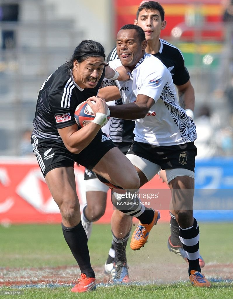 New Zealand's Ben Lam (L) and Fiji's Donasio Ratubuli Naturaga (R) fight for the ball during their Tokyo Sevens 2014 Cup semi-final match, part of the Rugby Sevens World Series, in Tokyo on March 23, 2014. Fiji won the match. AFP PHOTO / KAZUHIRO NOGI