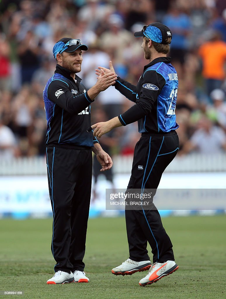 New Zealand's Brendon McCullum (L) and Kane Williamson shake hands during the third one-day international cricket match between New Zealand and Australia at Seddon Park in Hamilton on February 8, 2016.   AFP PHOTO / MICHAEL BRADLEY / AFP / MICHAEL BRADLEY