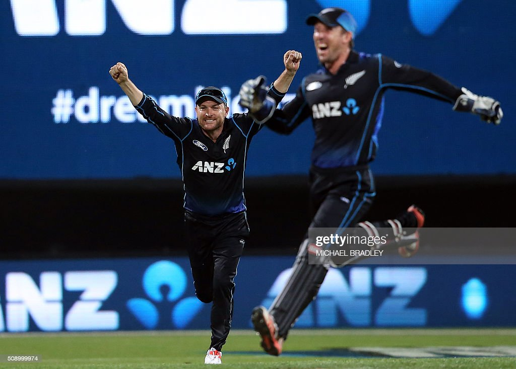 New Zealand's Brendon McCullum (L) and Luke Ronchi celebrate winning the third one-day international cricket match between New Zealand and Australia at Seddon Park in Hamilton on February 8, 2016.   AFP PHOTO / MICHAEL BRADLEY / AFP / MICHAEL BRADLEY