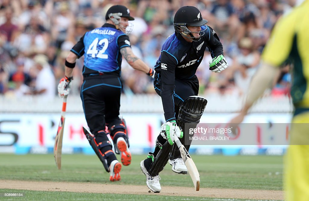New Zealand's Brendon McCullum (L) and Martin Guptill (R) run between the wickets during the third one-day international cricket match between New Zealand and Australia at Seddon Park in Hamilton on February 8, 2016. AFP PHOTO / MICHAEL BRADLEY / AFP / MICHAEL BRADLEY