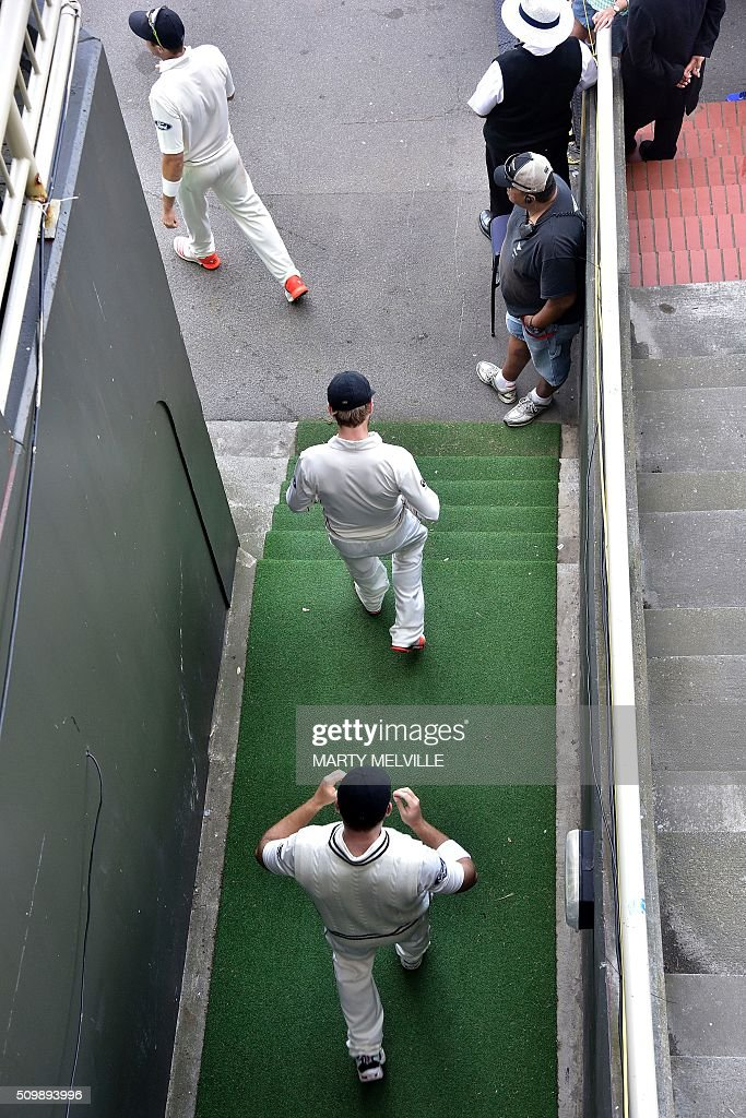 New Zealand's Doug Bracewell (Bottom), Kane Williamson and Tim Southee (Top) head back out to the field after tea during day two of the first cricket Test match between New Zealand and Australia at the Basin Reserve in Wellington on February 13, 2016. AFP PHOTO / MARTY MELVILLE / AFP / Marty Melville