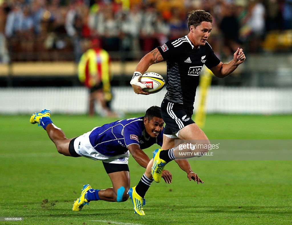 New Zealand's Gillies Kaka (R) runs out of a tackle by Samoa's Lolo Lui during 3rd/4th playoff at the Westpac Stadium on day two of the fourth leg of the IRB Rugby Sevens World Series in Wellington on February 2, 2013. AFP PHOTO / Marty MELVILLE