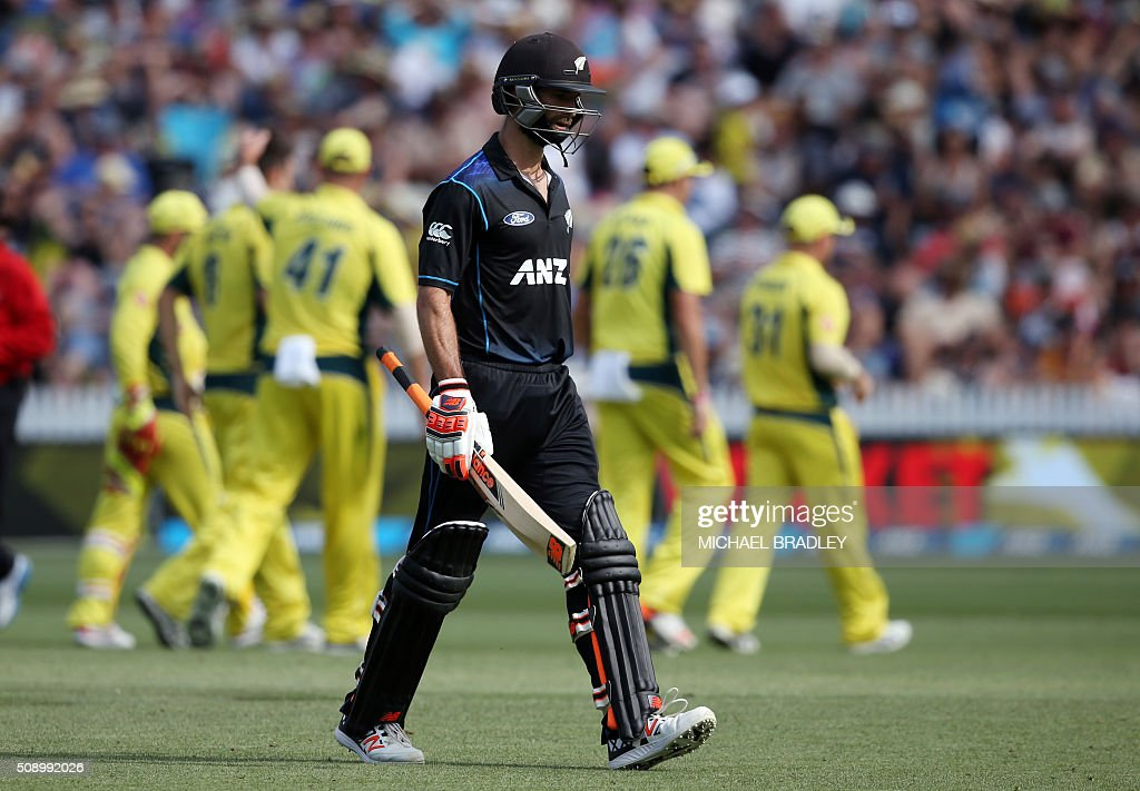 New Zealand's Grant Elliott walks off after being dismissed during the third one-day international cricket match between New Zealand and Australia at Seddon Park in Hamilton on February 8, 2016.   AFP PHOTO / MICHAEL BRADLEY / AFP / MICHAEL BRADLEY