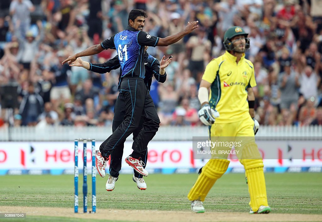 New Zealand's Ish Sodhi (L) and Kane Williamson (L-behind/obscured) celebrate after taking the wicket of Glenn Maxwell (R) of Australia during the third one-day international cricket match between New Zealand and Australia at Seddon Park in Hamilton on February 8, 2016. AFP PHOTO / MICHAEL BRADLEY / AFP / MICHAEL BRADLEY