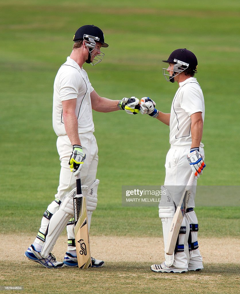 New Zealand's James Neesham (L) and BJ Watling gesture on the last day of the four day warm-up international cricket match between New Zealand XI and England in Queenstown on March 2, 2013. AFP PHOTO / Marty MELVILLE