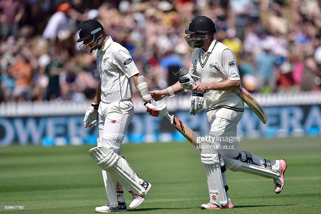 New Zealand's Mark Craig (R) and teammate Trent Boult (L) leave the field at the end of the New Zealand innings during the first cricket international five-day Test match between New Zealand and Australia at the Basin Reserve in Wellington on February 12, 2016. AFP PHOTO / MARTY MELVILLE / AFP / Marty Melville