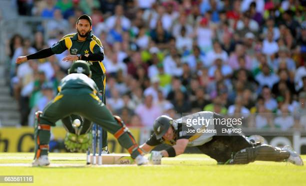 New Zealand's Scott Styris survives a run out attempt by Pakistan's Shahid Afridi