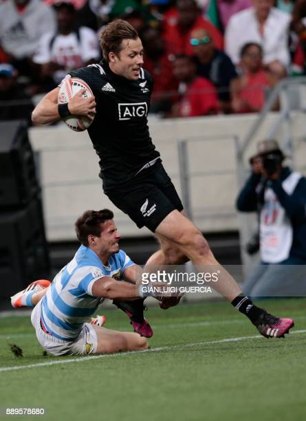 New Zealand's Tim Mikkelson scores a try during the final Argentina vs New Zealand of the World Rugby Sevens Series at Cape Town Stadium on December...