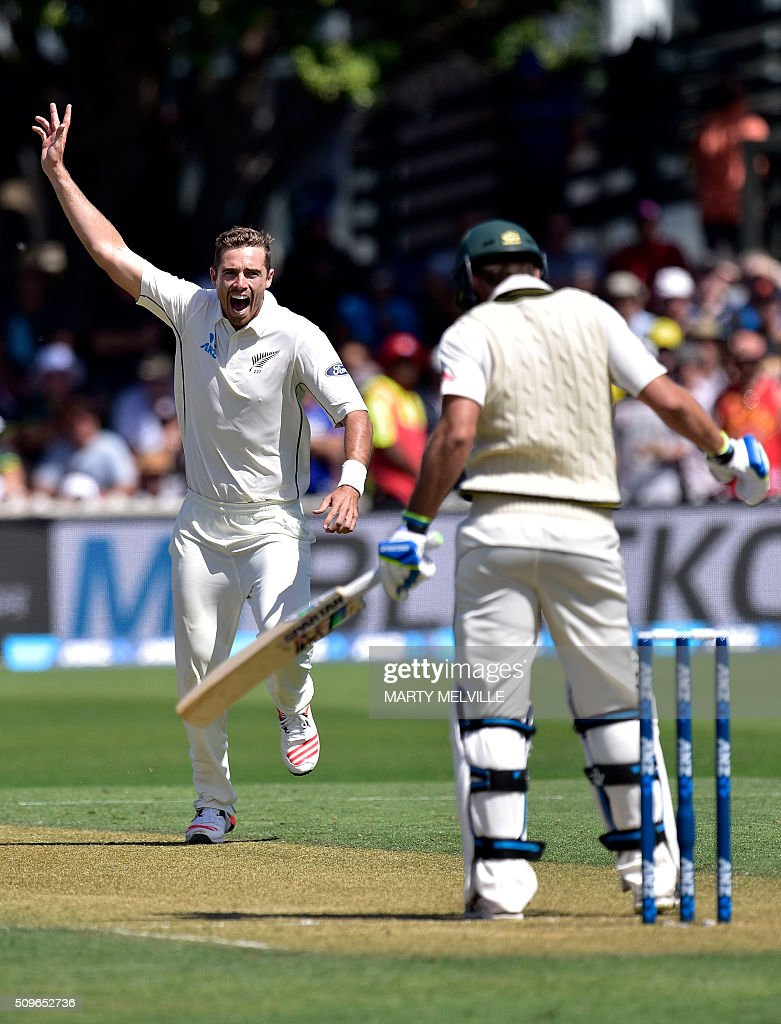 New Zealand's Tim Southhee (L) celebrates Joe Burns (R) of Australia being caught during the first cricket Test match between New Zealand and Australia at the Basin Reserve in Wellington on February 12, 2016. AFP PHOTO / MARTY MELVILLE / AFP / Marty Melville