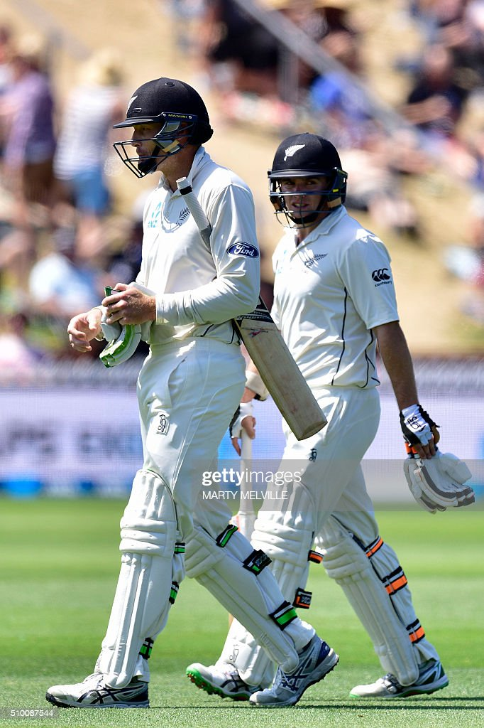 New Zealand's Tom Latham (R) with teammate Martin Guptill walk from the field at lunch during day three of the first cricket Test match between New Zealand and Australia at the Basin Reserve in Wellington on February 14, 2016. AFP PHOTO / MARTY MELVILLE / AFP / Marty Melville
