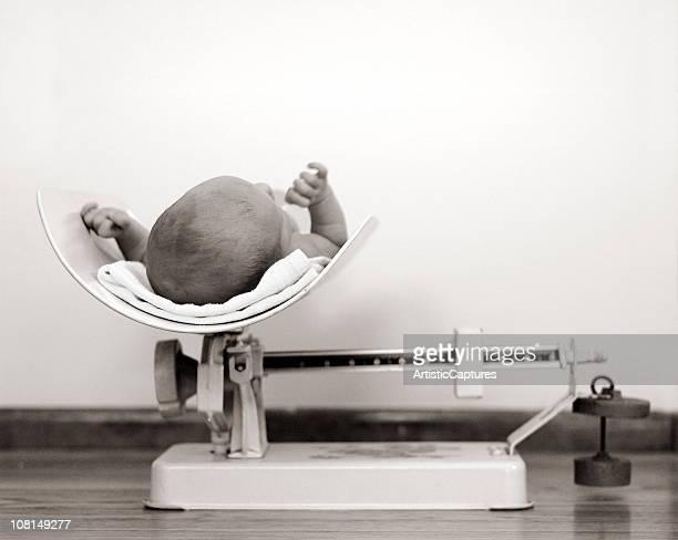 Nouveau-né bébé être mesuré Vintage échelle, noir et blanc