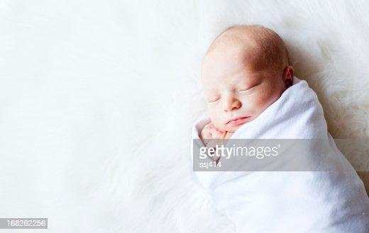 新生児 Swaddled 中にファーのラグ