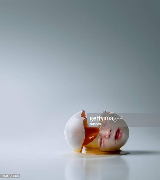 Neugeborenes Baby-Gesicht auf rissige, Broken Egg