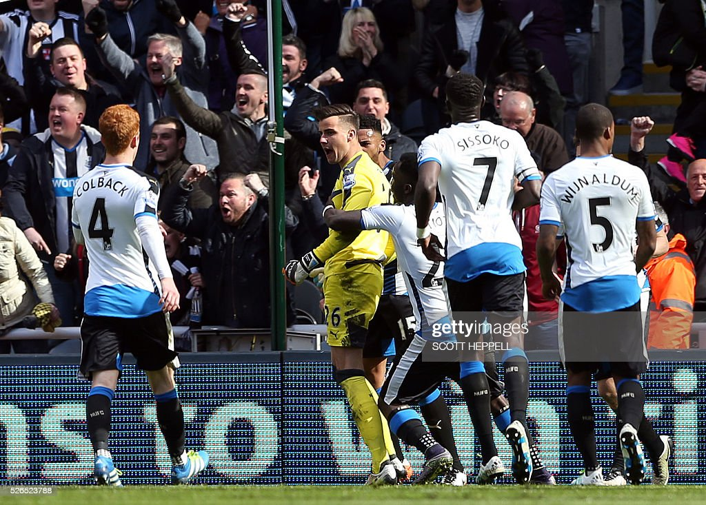 Newcastle United players congratulate Newcastle United's English goalkeeper Karl Darlow (C) after he saved a penalty kick from Crystal Palace's French midfielder Yohan Cabaye during the English Premier League football match between Newcastle United and Crystal Palace at St James' Park in Newcastle-upon-Tyne, north east England on April 30, 2016. / AFP / SCOTT