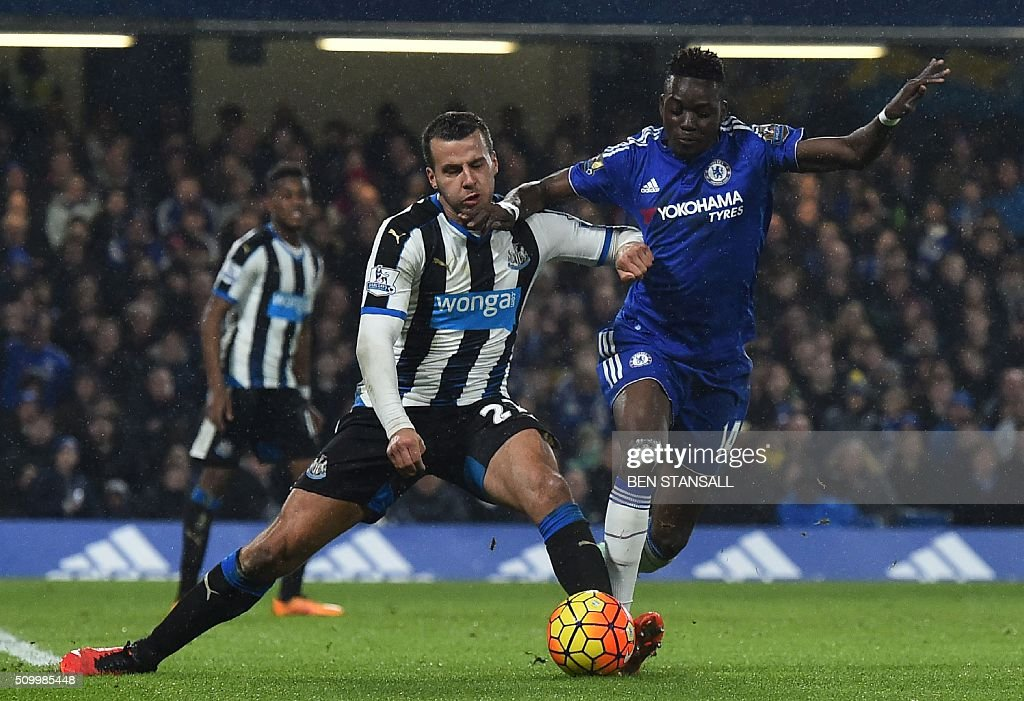 Newcastle United's English defender Steven Taylor (L) challenges Chelsea's Burkina Faso midfielder Bertrand Traore (R) during the English Premier League football match between Chelsea and Newcastle United at Stamford Bridge in London on February 13, 2016. / AFP / BEN STANSALL / RESTRICTED TO EDITORIAL USE. No use with unauthorized audio, video, data, fixture lists, club/league logos or 'live' services. Online in-match use limited to 75 images, no video emulation. No use in betting, games or single club/league/player publications. /