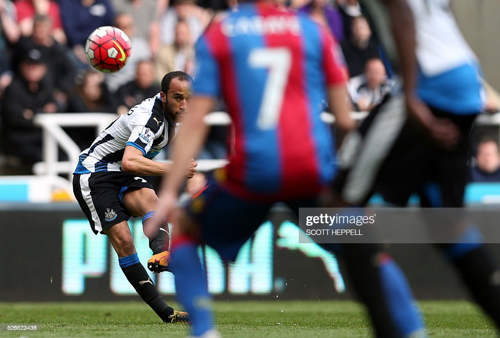 Newcastle United's English midfielder Andros Townsend scores the opening goal during the English Premier League football match between Newcastle United and Crystal Palace at St James' Park in Newcastle-upon-Tyne, north east England on April 30, 2016. / AFP / SCOTT