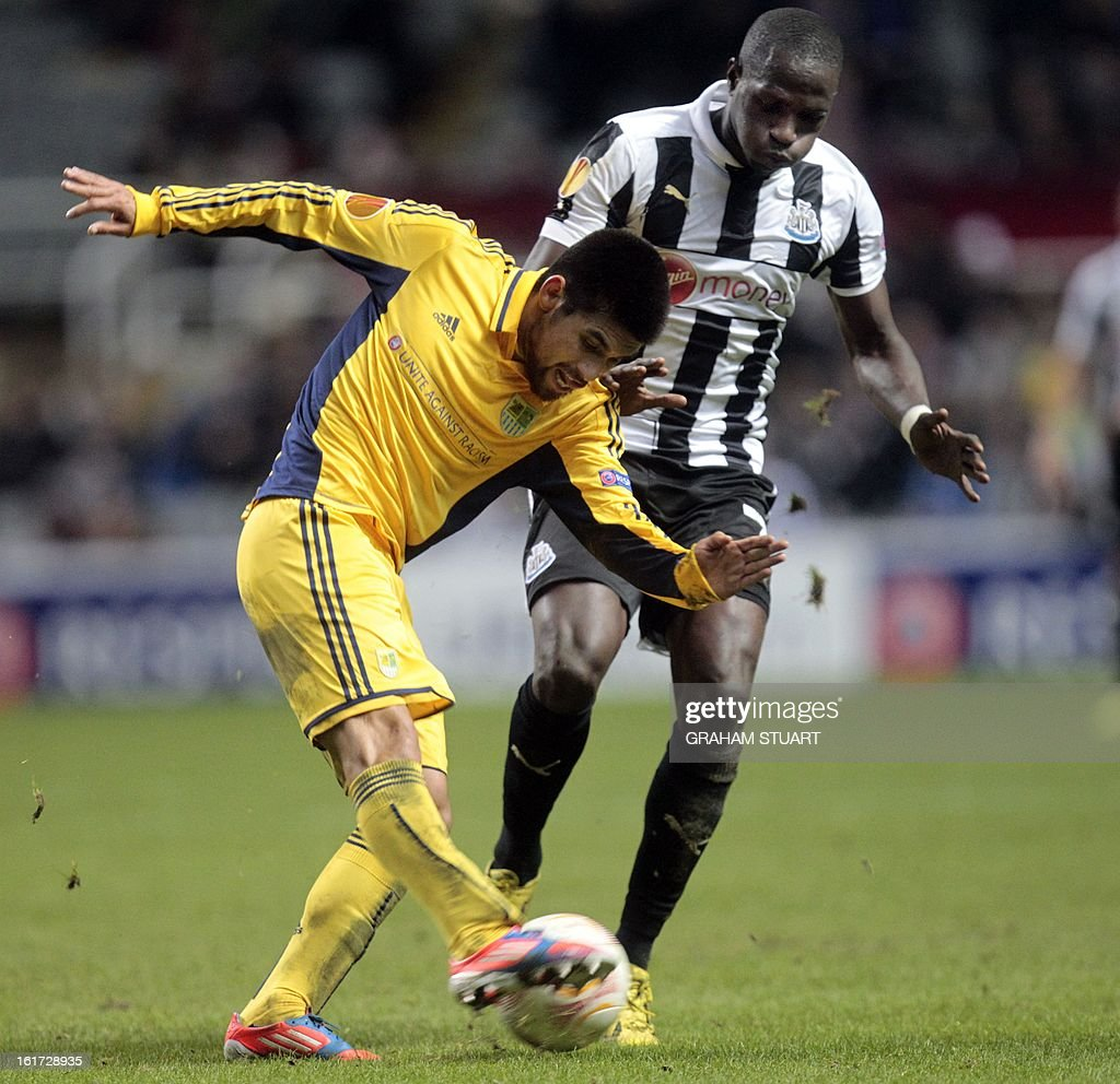 Newcastle United's French midfielder, Moussa Sissoko (R) vies with Metalist Kharkiv's Argentinian defender, Cristian Villagra (L) during the UEFA Europa League round of 32, first leg football match between Metalist Kharkiv and Newcastle United at St James Park, Newcastle-upon-Tyne, England, on February 14, 2013. AFP PHOTO/GRAHAM STUART