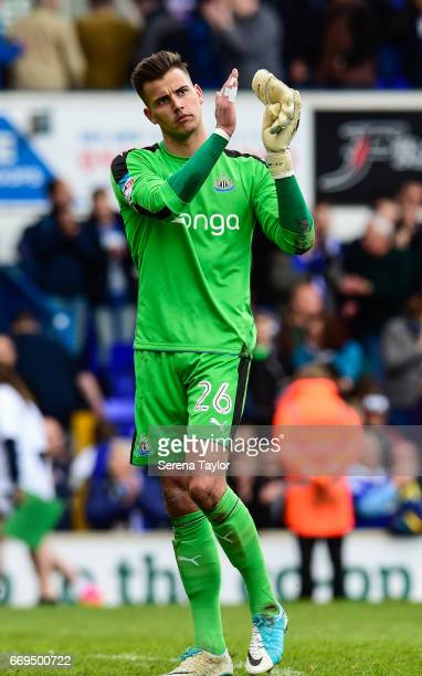 Newcastle United's Goalkeeper Karl Darlow claps the fans during the Sky Bet Championship Match between Ipswich Town and Newcastle United at Portman...