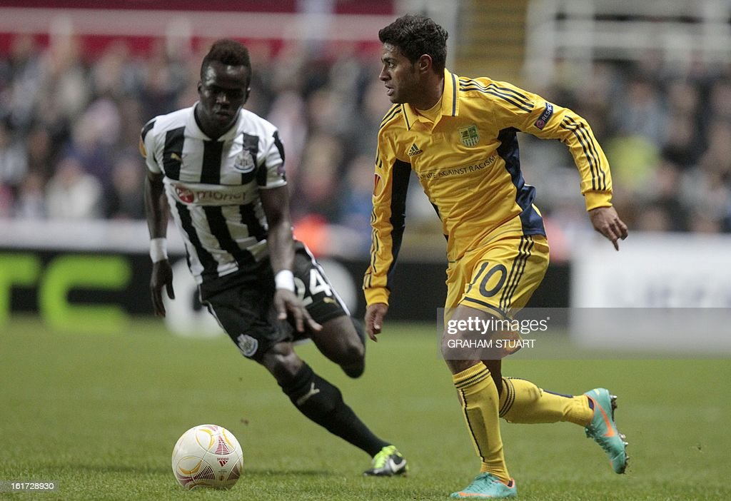 Newcastle United's Ivorian midfielder, Cheick Tiote (L) vies with Metalist Kharkiv's Brazilian midfielder, Cleiton Xavier (R) during the UEFA Europa League round of 32, first leg football match between Metalist Kharkiv and Newcastle United at St James Park, Newcastle-upon-Tyne, England, on February 14, 2013.