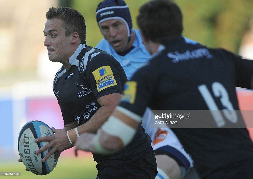 Newcastle's fullback Lee Smith (L) runs with the ball during the friendly rugby match between Bayonne and Newcastle on August 7, 2014 at the Jean Dauger Stadium in Bayonne, southwestern France.
