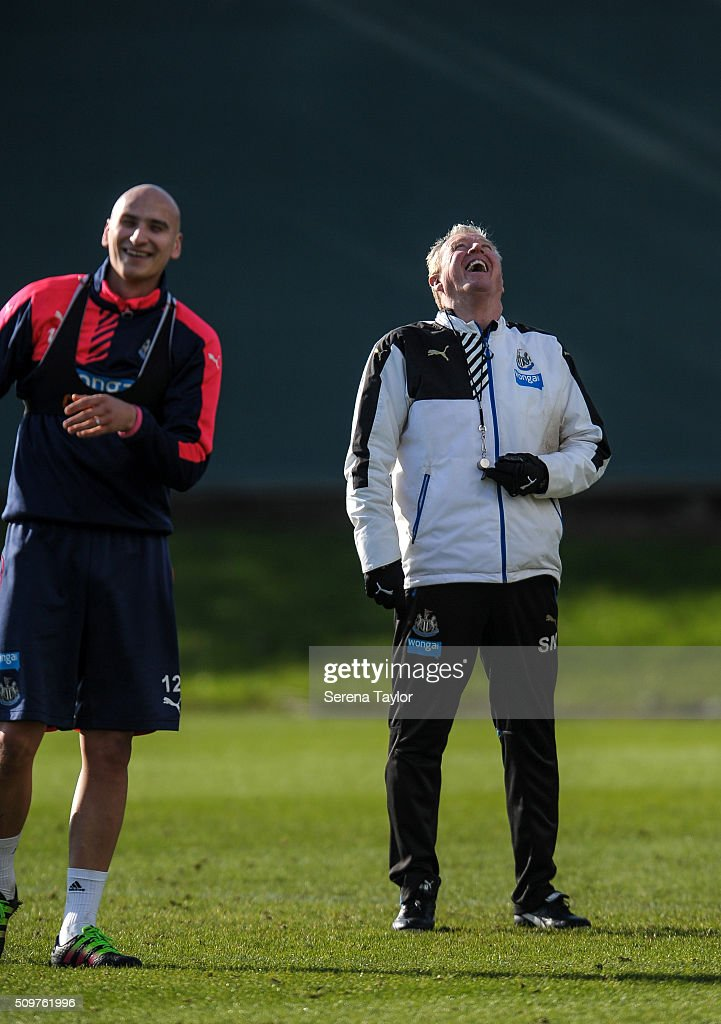 Newcastle's Head Coach <a gi-track='captionPersonalityLinkClicked' href=/galleries/search?phrase=Steve+McClaren+-+Soccer+Manager&family=editorial&specificpeople=210864 ng-click='$event.stopPropagation()'>Steve McClaren</a> (R) laughs with <a gi-track='captionPersonalityLinkClicked' href=/galleries/search?phrase=Jonjo+Shelvey&family=editorial&specificpeople=4940315 ng-click='$event.stopPropagation()'>Jonjo Shelvey</a> (L) during the Newcastle United Training session at The Newcastle United Training Centre on February 12, 2016, in Newcastle upon Tyne, England.