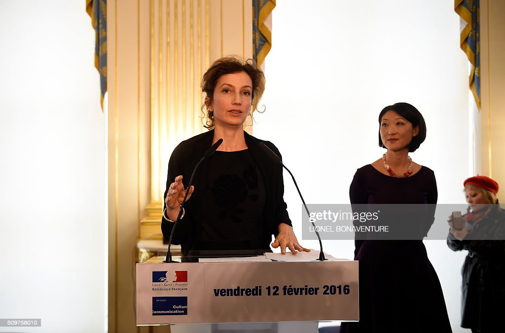 Newly appointed French Culture minister Audrey Azoulay (L) speaks as former French Culture minister Fleur Pellerin listens at the Culture ministry in Paris on February 12, 2016 during the transferal of powers. Audrey Azoulay was named new French Culture minister as French President Francois Hollande reshuffled his cabinet on February 11, 2016, naming Jean-Marc Ayrault foreign minister and adding several ecologists to government as he seeks to widen his political base ahead of a presidential poll in 2017. AFP PHOTO / LIONEL BONAVENTURE / AFP / LIONEL BONAVENTURE